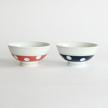 2010年にグッドデザイン・ロングライフデザイン賞を受賞した肥前吉田焼の水玉柄食器。水玉部分はへこんでいるので、レトロポップな絵柄がかわいいだけでなく、持ったときに手になじみやすい、という機能性もあります。