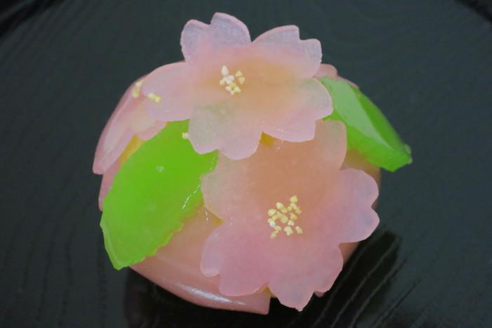 「紅葉狩り」の桜バージョンとも言うべき春の上生菓子がこちらの「桜だより」。紅葉の代わりに桜の花に型抜きされた可憐なパステルピンクの羊羹が優しい味わいの栗餡の周りを飾っています。お花見にも持って行きたくなる逸品です。