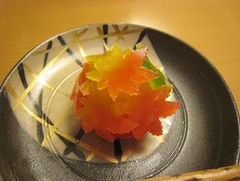 徐々に紅葉が深まっていく様を表現した「紅葉狩り」。秋の味覚である栗餡と白餡を混ぜ合わせた餡玉に、紅葉の形に型抜きされた緑、紅、黄色のグラデーションが何とも鮮やかな羊羹で飾りつけ。あまりの美しさに1日中眺めていたいほどです。
