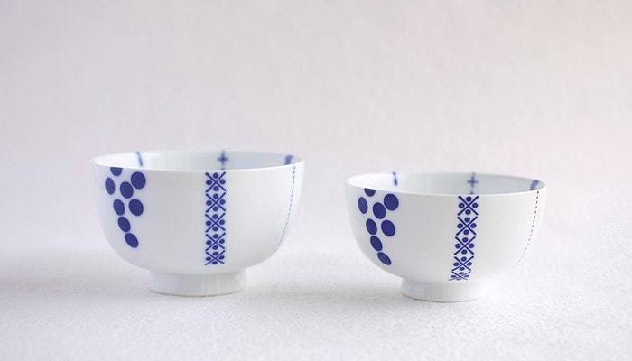 東屋と、波佐見焼の「白岳窯(しらたけがま)」のコラボで生まれた花茶碗。幾何学的な文様なのにポップな印象に仕上がっています。コロンとしたシルエットもかわいらしい雰囲気のお茶碗です。