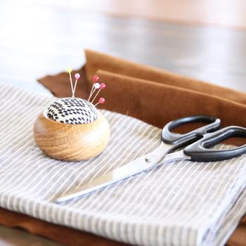 クッションの中綿にはシリコン綿が使われ、しっかりとした弾力があるだけでなく、針が錆びにくいという性質も考慮されているんだとか!柄は、花つなぎ、そろばん、菱流れ、柿の花流れの4種類。小いけれど、昔の人の知恵が詰まった愛情いっぱい、存在感いっぱいのアイテムです。