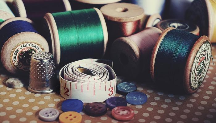 いざという時にあると便利な「裁縫箱」。 まずは、基本の道具を揃えて、アクシデントに備えてみませんか!今回ご紹介した裁縫の基本道具は、どれも、職人さの手しごとが伝わる、こだわりの逸品です。長く使うものだからこそ、そういうアイテムを裁縫箱にスタンバイしてみてはいかがでしょうか。きっと、裁縫箱を開くのが楽しみになりますよ♪