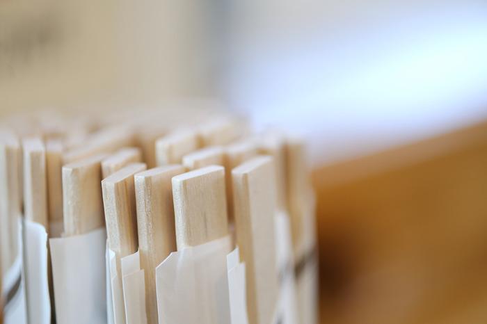 割り箸が用意されているときは、左右には割らず、上下に割るようにします。左右に割ろうとすると、隣の人の体に腕が触れてしまうことがあります。静かに膝上で上下に割るとスマートです。
