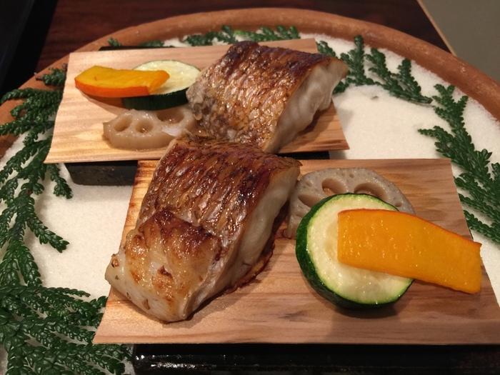切り身や尾頭付きの魚、海老やホタテといった海鮮を焼き上げたのが焼きものです。海老に殻がついていたり、そのままでは食べられない貝料理などは手を使っていただいても大丈夫です。静かに、丁寧な手つきを心がけることで、ほかのお客様に不快な思いをさせることがなくなりますね。