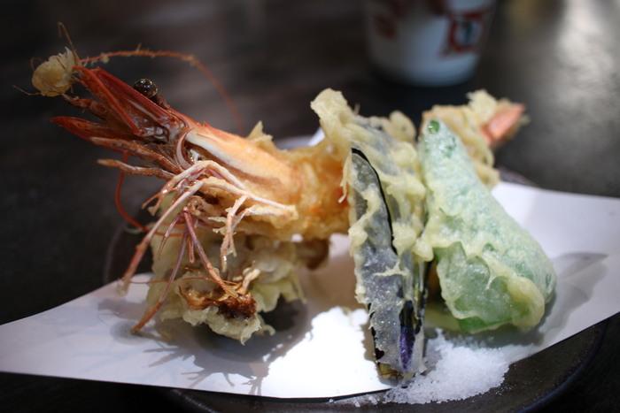 揚げものとは天ぷらのこと。天つゆを使うときは、薬味をいれて、盛りつけを崩さないように手前のものからひとつずついただきます。塩が添えられているときは、塩を使ってもよいでしょう。天つゆのうつわは持ち上げても大丈夫です。