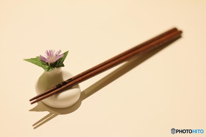 お箸を持った状態のまま、うつわを持つのはマナー違反です。先にうつわを持ち上げてから、お箸を取り上げましょう。