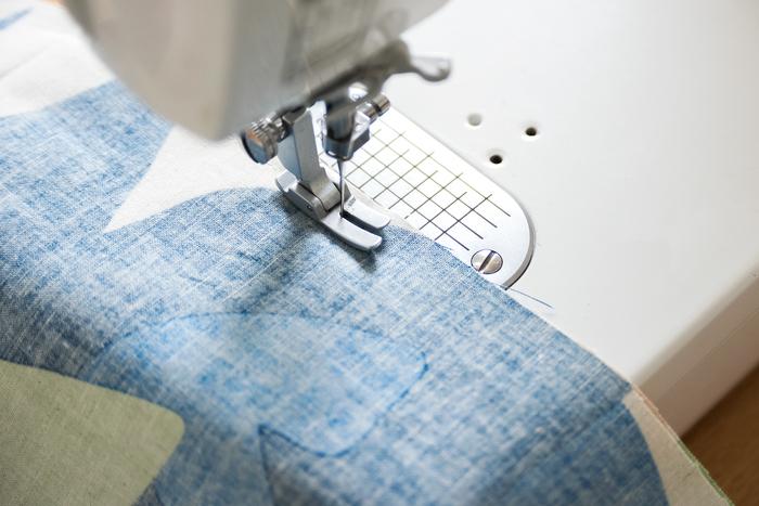 三つ折りを一度開き、上から下まで1cmの縫い代をとって2枚を縫いあわせます。
