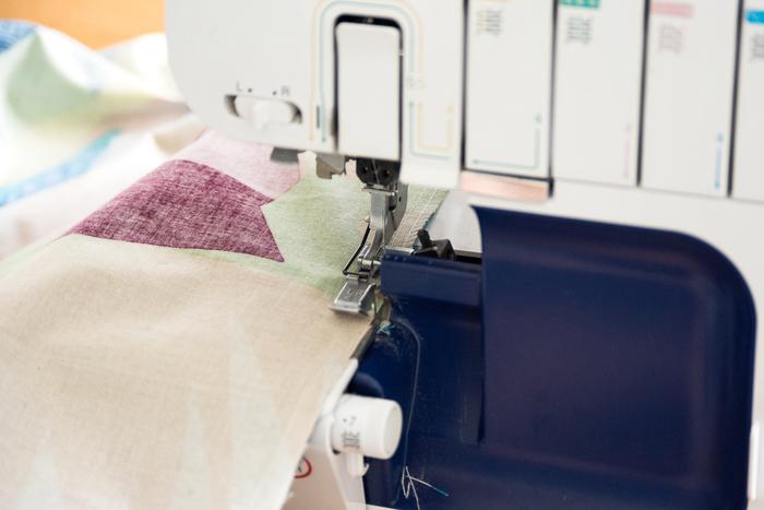③で縫った両脇の縫い代を2枚一緒にジグザグミシン、またはロックミシンをかけます。