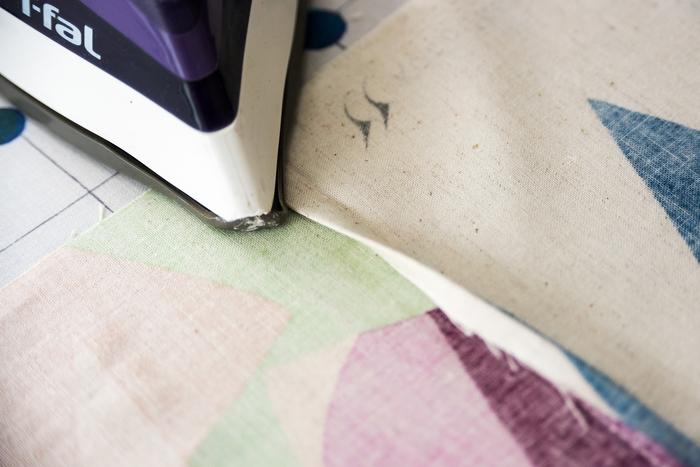 残した方の縫い代で、切った縫い代をくるみます。
