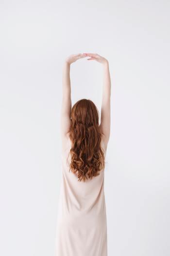 体の軸を意識し深呼吸をゆっくり行いながら、肩を大きく動かして背伸びをしてみましょう。この時、呼吸は体内の空気を入れ替えるようなイメージで行えば、よりリラックスする事ができます。