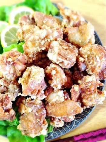 チャーシューの煮汁を再利用して、ザンギの下味に。肉のうまみたっぷりの煮汁は、ザンギのおいしさをより深くしてくれそうですね。