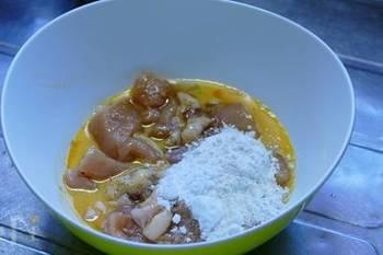 そして、小麦粉や片栗粉、卵を加えてよく混ぜます。あとは、きつね色になるまでカラッと揚げて、できあがり。