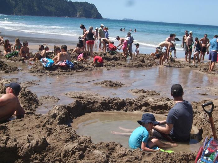 「カセドラル・コーブ」から車で10分くらいのところにある「ホットウォータービーチ」もおすすめ。なんと、砂浜を掘れば、温泉をつくれちゃうんです!童心に返って、砂まみれになりながら、温泉を作ってみては♪