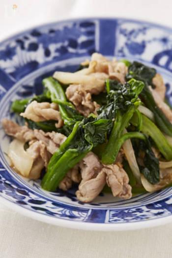 そうめんだけだと栄養価がちょっと心配になりますね。そんな時の副菜にオススメなのがツルムラサキと豚肉のさっと炒めです。ツルムラサキには、カロテン、ビタミンC、カルシウムや鉄分など夏を乗り切るために食べておきたい栄養素が詰まったスペシャルな野菜なんです。ビタミンCは熱で壊れやすいので炒めるときや茹でる時は手早くやるのがポイントです。