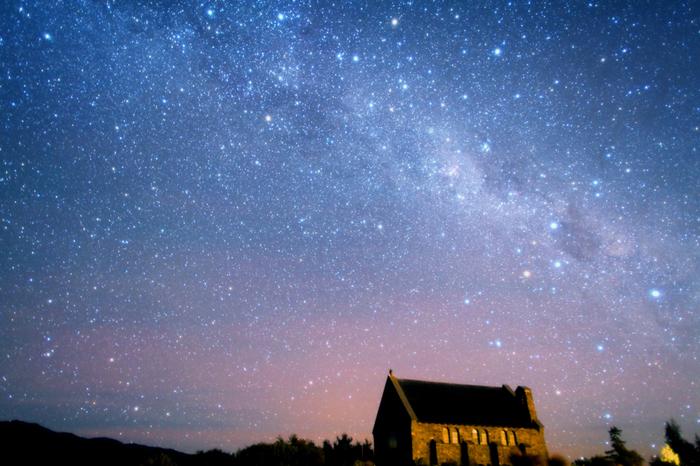 星空が綺麗なことで有名なニュージーランドですが、中でも、テカポ湖(レイク・テカポ)の星空は格別。 世界一と評されるほどの、大きな輝きを持っています。子どもの頃、星空を見上げて、夢を膨らませていたあの瞬間にきっと戻れます。  湖畔にある「善き羊飼いの教会」と一緒に眺める星空が、世界的に有名。世界遺産登録を検討する動きがあるほどです。ちなみに4月~9月にかけては、オーロラを見れる日もあるそうですよ。