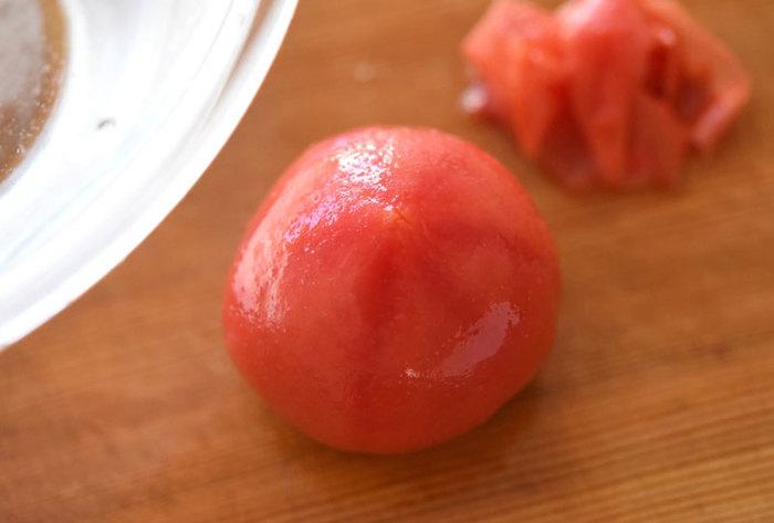 ソースにしたり、出汁で煮たり、なにかとこの時期出番の多いトマト。皮のままも美味しいですが、皮をむくことで味が染み込みやすくなり上品な味わいになります。