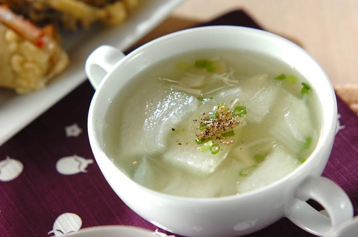 ホタテの旨味を吸い込んだ冬瓜の美味しさが身に染みる冬瓜スープ。夏は冷たいものを多く摂取しがちなので、このようなスープ仕立てのものを食卓にプラスすると胃腸の調子も整えることができます。