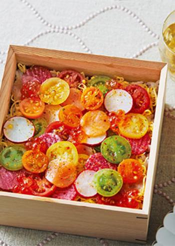 トマトの切り口がとっても可愛い洋風水玉ちらし寿司。大皿で作ればおもてなしにも喜ばれます。酢飯にシトラス風味のマジックソルトとオリーブオイルをプラスすれば、口に入れた瞬間いつもとは違う洋風な爽やかさが味わえるちらし寿司に変身します。