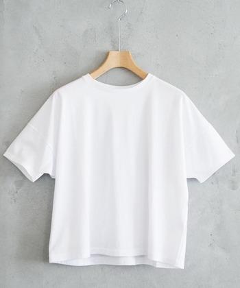 夏に必携の白Tシャツ。スタイリングに少し工夫すれば、見慣れたコーディネートもグンとおしゃれに刷新することができます。真似できるものがあればさっそく実践して、人と差がつくTシャツスタイルを楽しみしょう♪