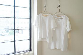 夏に出番が多くなる白Tシャツ。ただ極めてシンプルゆえに、どうしても無難な着こなしになってしまいがち。 そこで今回は、白Tシャツがおしゃれに見違える、簡単なスタイリング術を特集します♪