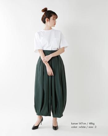 細ヒールのポインテッドトゥパンプスなら、ほんのり女性らしい装いに。シューズの華奢感が、Tシャツのリラックスムードをきゅっと引き締めてくれます。