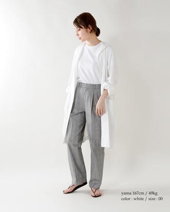 グレーのグレンチェックのパンツなら、ちょっぴり紳士風の装いに。リラクシーでありながら、清潔感のあるマニッシュルックが完成します。