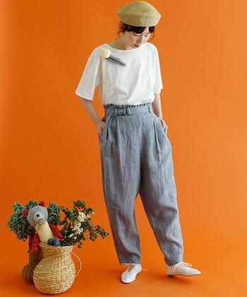 Tシャツがプレーンな分、コサージュは存在感のあるものにしてインパクトを。左右どちらかに寄せてつけるのがポイント♪