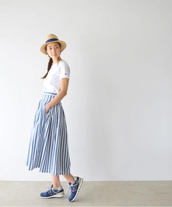 ふわっと広がるフレアスカートも、この通り親しみやすいスタイルに。ホワイトとブルーの配色が夏らしくて爽やか!