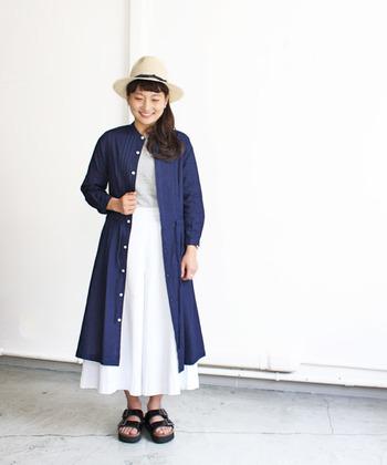 Tシャツと真っ白なフレアスカートの組み合わせ。上からネイビーのシャツワンピースを羽織れば、全体の輪郭がピリッと引き締まります。