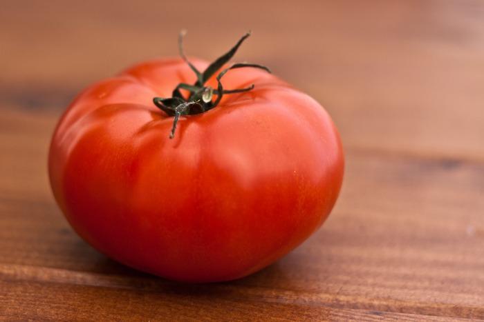 暑さで疲れがちなこの時期は、疲労回復が効果的なビタミンBやC、鉄分がたっぷり入った独自の粘りがあるツルムラサキや、日焼けしてしまった肌へ美容成分が期待できると言われているリコピンが豊富なトマトなど、太陽に負けない比較的皮や葉がしっかりした野菜が豊富に収穫できます。