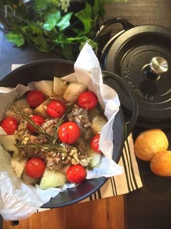 密封度の高いお鍋に冬瓜、鶏肉、トマトを入れて蒸し焼きにするだけの簡単レシピ。冬瓜は和風や中華風が多くなりがちですが、こんな洋風アイデアレシピも是非レパートリーに組み込みたいですね。パスタの準備をしながら作れるのでおもてなしにも最適です。