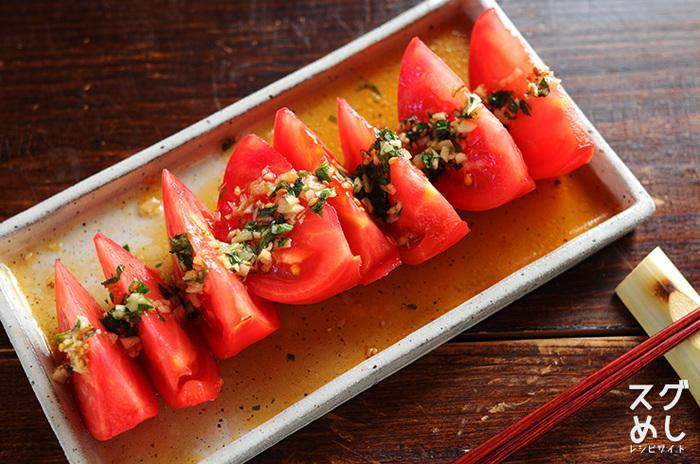 大葉やニンニクなどの疲労回復に効果が期待できる薬味をたっぷり乗せた簡単トマトレシピ。この香味だれはトマト以外にもお豆腐にかけたり、水餃子のタレにしたりと万能に使えそう!トマトを細かく刻んで香味だれと和えて、そのままそうめんに乗せても良さそうですね。