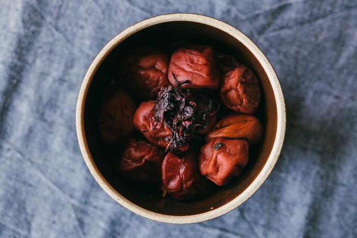 梅干しは最近のナチュラル暮らしブームも手伝い自分で漬けるという方も増えてきたと思います。また梅干しを常に常備している方も多いと思います。そこで今回は、暑い夏の疲れを吹き飛ばす!梅干しを使って作る簡単美味しいレシピと、梅干しで作る万能調味料「煎り酒」とそのレシピをご紹介します。