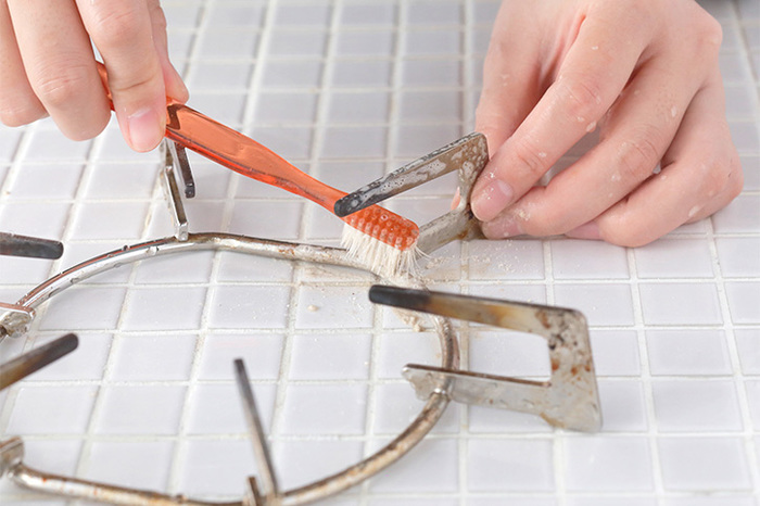 石鹸クレンザーは、頑固な汚れ落としが得意です。五徳やコンロ、換気扇周りのしつこい油汚れを石鹸とクレンザーの研磨効果で落としてくれます。