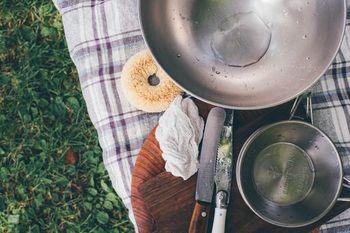 お湯があれば汚れが落ちるから、お家でもアウトドアでも活躍してくれます。手荒れや洗剤を気にせず食器洗いをすることができますね。