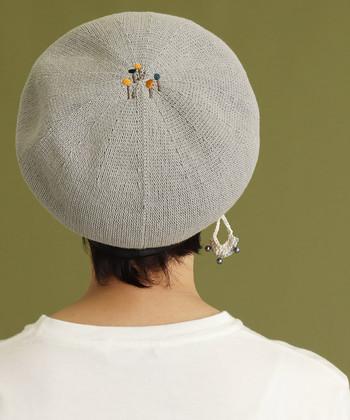 イラストレーターの中山信一さんとコラボして作られた、刺繍デザインがおしゃれなベレー帽。涼しさのあるグレーカラーのベレーなら、何色のお洋服と合わせても浮きすぎません。  前から見るとシンプルなベレー帽に見えるので、大人のベレースタイルにぴったりなアイテムです。