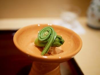 先付けとは一番はじめに出てくる前菜のこと。趣向を凝らした季節感のあるものが供されます。平皿は置いたままで、お椀や小鉢を使っているときは持ち上げていただきましょう。