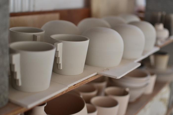 はじめて陶芸にチャレンジする方は、一日体験コースもあるので安心ですよ。やわらかな陽射しが差し込むなか、作陶に集中する時間は日常では味わうことのできない特別なひと時。