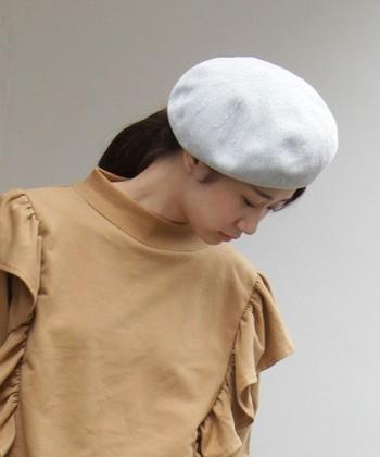 ふわふわと肌触りの良い素材で作られたベレー帽は、冬まで活躍してくれるアイテム。ぽってりと丸みのあるシルエットで、頭にポンと乗せるだけでサマになるのが魅力です。