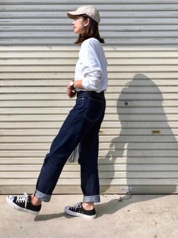 シンプルな小ぶりのキャップは、カジュアルさの中に女性らしさをちょっぴり生み出してくれるアイテムです。軽やかな印象を与えるベージュのキャップで、重たくなりがちな長袖コーデにワンアクセントをプラス。