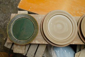 陶器は、主に「陶土」と呼ばれる粘土から作られ、指ではじいた時に鈍い音がするのが特徴です。色にも土の色が残り、素朴なぬくもりを感じられるものが多いですよね。和洋中ジャンルにとらわれず、幅広い食卓で活躍してくれます。