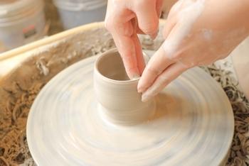 粘土をむらなく混ぜたら、いよいよ成型です。成型で、私たちがよく思い浮かべるのが「ロクロ作り」ではないでしょうか。くるくると回る台の上で円いかたちを作り上げます。