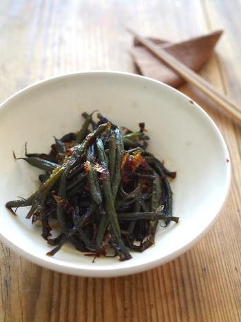 醤油とみりん、鰹節でじっくりと煮含めたいんげんは、ごはんが進む日本人が大好きなお味のお惣菜です。作り置きおかずとして冷蔵庫に常備しておきたいですね。