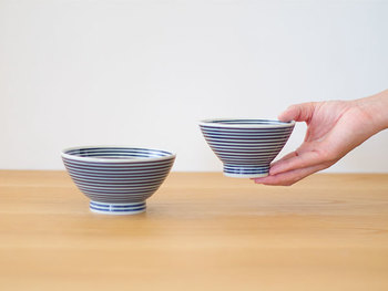 結婚祝いにも選ばれやすい夫婦茶碗。 夫用は大きく、妻用は小さくなっていますが、これは妻の方がご飯を食べる量が少ないからではなく、妻の方が手や口が小さいため、だそう。手で持って口元へ運んだときの美しさが考えられているわけですね。