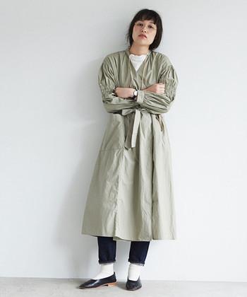 コートのようなデザインが特徴的なワンピースは、ライトアウターとしても使える一枚。デニム×白Tシャツなどのシンプルコーデに合わせれば、簡単に印象的な秋コーデを楽しむことができます。