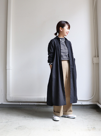 シンプルな黒のシャツワンピースは、どんなコーデに合わせても馴染んでくれる優秀アイテム。夏のお気に入りコーデに羽織るだけで、初秋の着回しに悩むこともありません。もちろん長袖と合わせれば、冬まで大活躍してくれますよ♪
