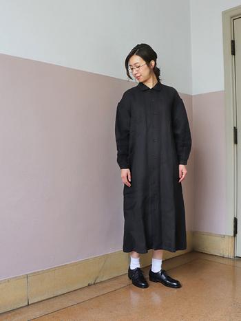 黒のシャツワンピースは、レイヤードなしでそのまま着ても素敵。白ソックスや黒シューズと合わせたモノトーンコーデや、あえてカラータイツを合わせる遊び心のあるコーデなど、小物使いでガラリと変わる雰囲気を楽しめますよ。