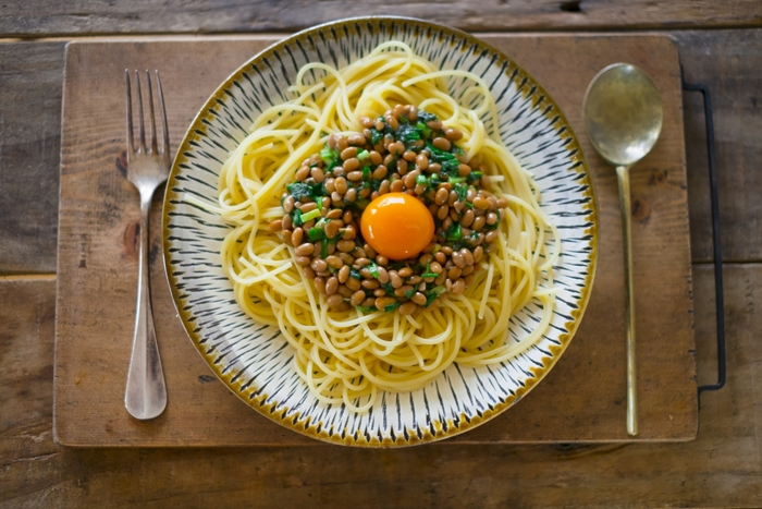 和風パスタの定番といえば、納豆パスタですよね♪ちょっぴり癖のある香りと粘りが、麺にからんで絶妙な味わいに。そんな納豆パスタのポイントは、納豆を引き立ててくれる具材と合わせること!今回は、バラエティ豊かな納豆パスタの具材とレシピをご紹介しますよ。