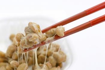 パスタを茹でている間に具材を準備!パスタの上に具材を盛り付ける場合は、納豆と納豆以外の具材は別々にのせて、食べるときに混ぜるようにしましょう。