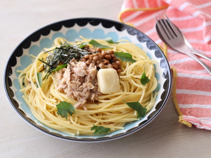 茹でたパスタに、ツナ缶と納豆、バターを盛るだけの手軽でおいしいレシピ。ツナ缶の旨味があるので、味付けはお醤油でさっぱりと。